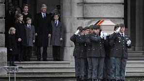 Varios oficiales llevan a hombros el ataúd de la reina Fabiola de Bélgica a las puertas del Palacio Real de Bruselas.