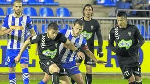 Beobide, que ayer ejerció de capitán en sustitución de Manu García, trata de robar un balón.