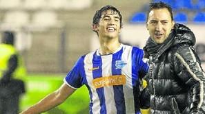 Migue felicita al final del partido a un pletórico Einar, que sustiyó a Medina por lesión.
