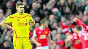 Steven Gerrard, cariacontecido tras el tercer tanto del United.