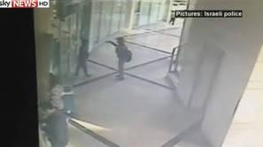 Imagen capturada de los niños, a través de las cámaras de seguridad de la entidad bancaria.
