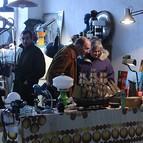 Varias personas miran en uno de los puestos que se instalaron en una de las naves industriales de Zorrotzaurre, dentro del Open Your Ganbara.