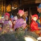 Niños y niñas lanzan caramelos durante la cabalgata de Reyes del año pasado.