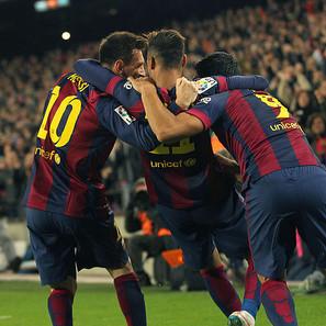 Los jugadores del FC Barcelona Luis Suárez (d) y Neymar (c) felicitan a Messi tras marcar el tercer gol ante el Atlético de Madrid