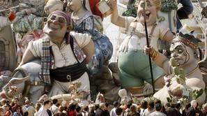 Decenas de personas contemplan varias figuras en las Fallas de Valencia.