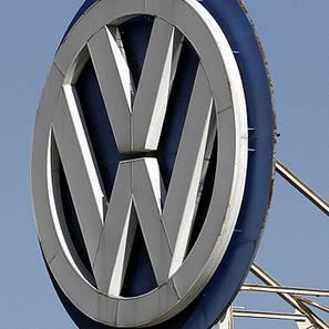 Vista del símbolo de marca de Volkswagen, en la planta de Landaben de Pamplona.