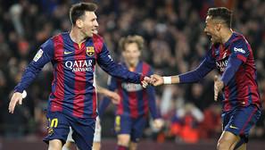 El delantero del FC Barcelona Neymar (d) felicita a Messi tras marcar el tercer gol ante el Atlético de Madrid