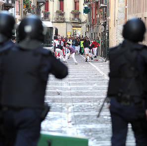 Agentes de la Policía Nacional cargan contra los jóvenes participantes en el encierro de la villavesa de 2012.