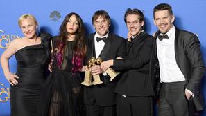 El director Richard Linklater (C), flanqueado por los actores de 'Boyhood'.