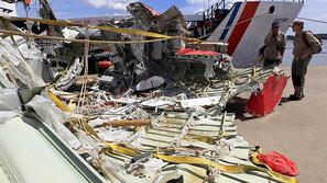 Dos investigadores revisan los restos del avión de AirAsia QZ8501 durante la misión de recuperación de los restos en Panglima Utar Kumai en Borneo
