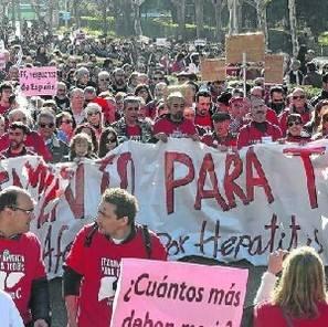 Centenares de personas en la manifestación de Madrid en favor de la prescripción del fármaco que cura la hepatitis C.