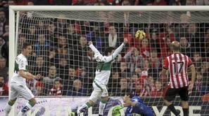 Los jugadores del Elche celebran su segundo gol ante el Athletic de Bilbao, obra del centrocampista marroquí Fayçal Fajr.