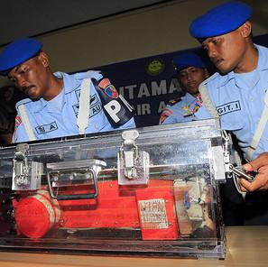 Soldados muestran la grabadora del vuelo de AirAsia QZ8501 durante una rueda de prensa