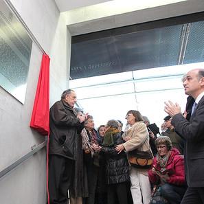Momento en el que ha quedado descubierta la placa en homenaje a todos los cargos electos de Navarra asesinados en 1936