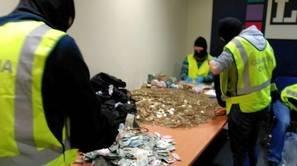 Dinero en monedas y billetes pequeños encontrado en la sede de LAB