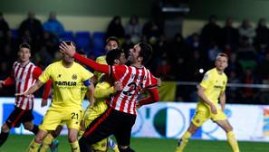 Borja Viguera, que en El Madrigal comenzó el partido por la banda izquierda, es agarrado dentro del área por un jugador del Villarreal.Foto: Oskar Martínez