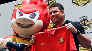 El brasileño Ronaldo posa junto a la mascota del Fort Lauderdale Strikers de Florida.