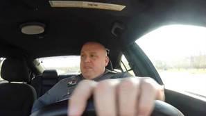 """Un policía cantando Shake It Off"""" de Taylor Swift."""