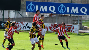 El Bilbao Athletic y el Barakaldo empataron a un gol en Lezama.Foto: Juan Lazkano