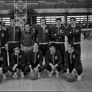 Javi Buesa, el último a la derecha de pie, en una imagen del Baskonia de la campaña 1972-73, en la que Pepe Laso era el técnico del equipo.