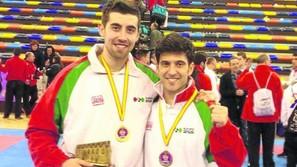 Jagoba Vizuete posa con la medalla junto a su compañero Iban Galán.