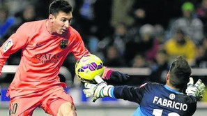 Messi anotando el segundo gol, con una vaselina.