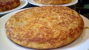 Tres ejemplos de tortillas de patatas de aspecto jugoso.