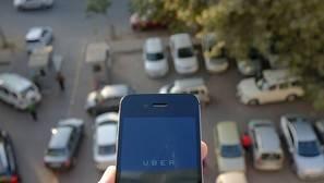 Un usuario observa la aplicación de Uber en su teléfono móvil.