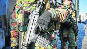 Dos soldados belgas patrullan por las calles de Bruselas tras ser desplegados el sábado.