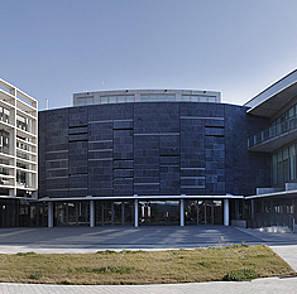 Fachada de la Biblioteca General y Filmoteca de Navarra.