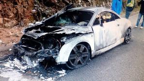 El coche siniestrado quedó inservible tras el incendio.