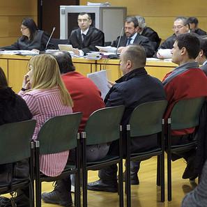 El director general de la empresa de administración de fincas Asfi, Iñaki Gil San Sebastián (3d), junto a otros tres acusados, durante el inicio del juicio