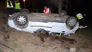 Estado del vehículo tras salir de la vía y volcar.