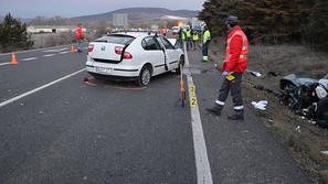 Agentes de la Policía Foral dirigen el tráfico en el tramo de la calzada donde sucedió el accidente.