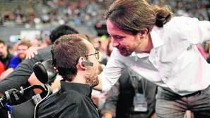 El líder de Podemos, Pablo Iglesias, saluda a Pablo Echenique en un anterior acto del partido. Fotos: Efe