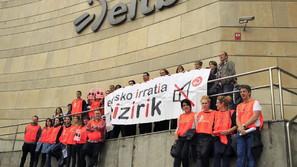 Protesta de los trabajadores de Eusko Irratia en la sede de EITB de Bilbao.
