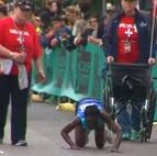 La atleta keniana Hyvon Ngetich termina a gatas el maratón de Austin.