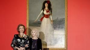 "La duquesa de Alba, Cayetana Fitz-James Stuart acompañada de la reina Sofía,ante el cuadro ""Retrato de la Duquesa de Alba de blanco"", del pintor Francisco de Goya"