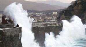 Grandes olas rompen contra el Paseo Nuevo de San Sebastián, donde se ha decretado la alerta amarilla por fenómenos costeros