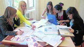 Alumnas de Erasmus haciendo un trabajo universitario.