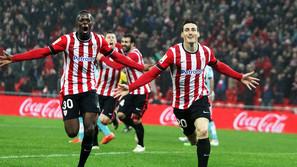 Aritz Aduriz, que volvió a marcar, e Iñaki Williams, que salió como revulsivo, festejan el gol del primero que dio el triunfo al Athletic ante el Rayo.
