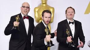 Roy Conti, Chris Williams y Don Hall, con el premio por 'Big Hero 6'