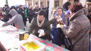 El público disfrutó de las tostadas con aceite del Trujal Mendía.