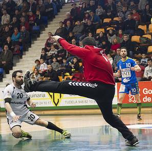 Miguel Goñi, máximo anotador del Helvetia con seis goles, lanza ante la oposición del veterano guardameta Miranda y la mirada de Jortos.