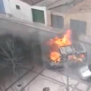 La furgoneta, en llamas, en un barrio de Tudela.