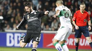 Isco, que ayer asistió y se fue ovacionado, intenta rematar ante el futbolista del Elche Fajr.
