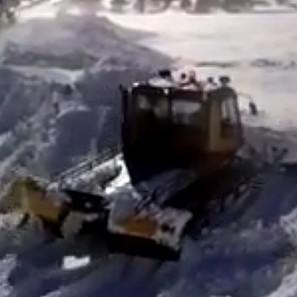 Una máquina despeja la nieve en Benasque.