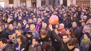 Los manifestantes, en la plaza de los Fueros, durante la lectura de comunicados.