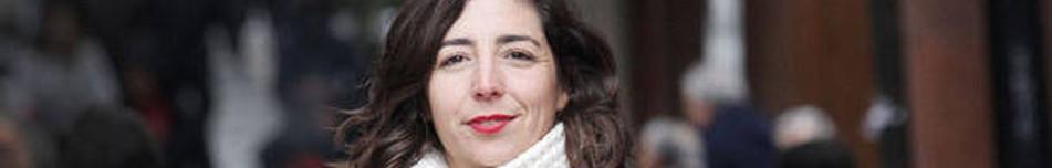 Laura Pérez Ruano, rodeada de gente en una calle de Pamplona.