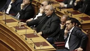 El primer ministro griego Alexis Tsipras (d) y el ministro de Finanzas Yanis Varufakis (2d), en el Parlamento de Atenas.